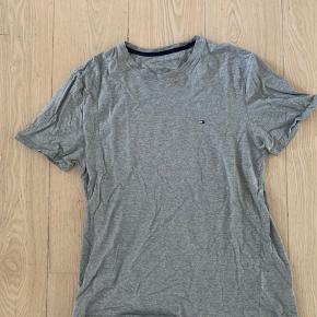 Tommy Hilfiger t-shirt i Large. Fejler intet, skal bare stryges.