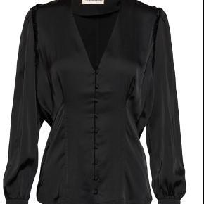 """Sælger denne smukke silke skjorte fra custommade i modellen """"Pary"""" det er en str 42, men den kan også sagtens passes af mindre (er selv en small)  Nypris: 1100 kr."""