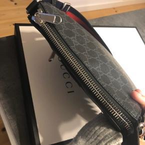 Gucci taske, uden brugs spor, æske og dustbag medfølger. ca et år gammel.  Svare ikke på bud under 2500.  Bytter ikke.