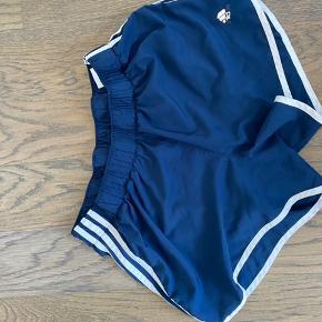 Fine shorts til sport eller andet.  De har indvendige underbukser og er en XL - men meget små i størrelsen.