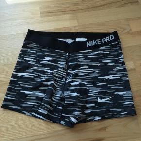 Sælger mine korte Nike Pro tights. De er brugt få gange, da de er for store til mig. Ny pris var ca. 200kr