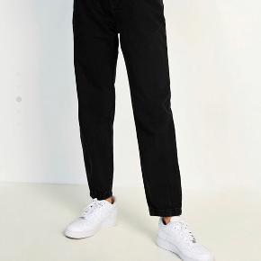 Brugt 3 gange. Sælges kun fordi jeg har fundet nogle jeans i en anden model, som jeg hellere vil have :) Størrelsen ligger nok mellem s-m
