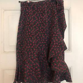Only nederdel i størrelse 34. Kan passes af en 36/38 også, da der er snore til at justere størrelsen. Brugt et par gange, byd!