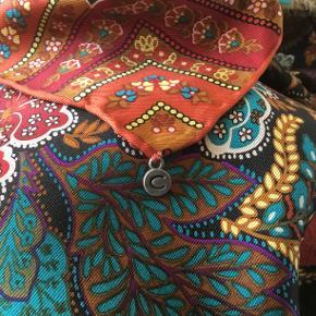Stort silketørklæde i de smukkeste farver og mønstre fra CODELLO. Mål : 89 cm. x 89 cm. Aldrig brugt og stadig med prismærke.  Oprindelig købspris : 300 - 375 kr ? Sender gerne på købers regning : DAO 39,-