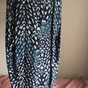 Super lækker oversize kjole fra Tiger. Fine detaljer/draperinger ved skuldrene og åben ryg/hul fra nakken og ned ..  Bindebånd i taljen, men kan sagtens bruges uden.