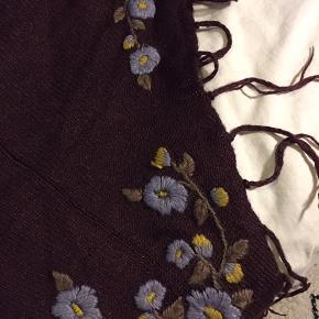 Vinrødt sjal / tørklæde med blomstermønster
