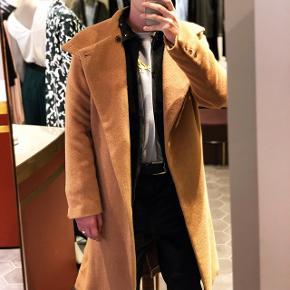 Flot vinterjakke fra Martin Asbjørn i 100% alpaka uld.  Den er ny og kun brugt henover denne vinter. Nyprisen er 7000 og sælger den billigt.
