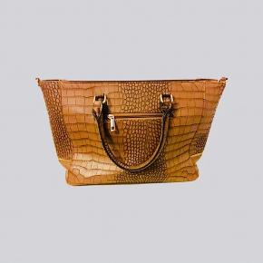 Smuk taske. Med trendens look. 🤩  Der følger også rem med til.