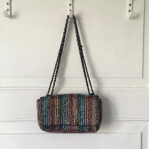 lille taske med perler i forskellige farver fra zara. Hanken kan både være dobbelt så den passer over skulderen eller enkelt, så den kan bruges som crossbody. Super fin. Den er helt ny, prisskiltet hænger stadig i. Sælges for 150 kr. Kan afhentes i Kbh K.