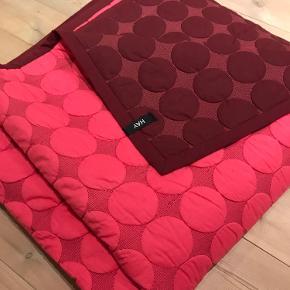 Hay sengetæppe, som aldrig er brugt Mål: 235 x 245 cm Farve: Pink / Bordeaux   Køber betaler fragten