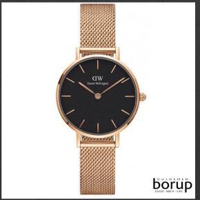 Super fint ur i rosa farvet med sort Skive måler 28mm