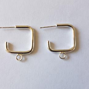 Et par sjove ørekroge i forsølvet messing.   Sæt dine egne perler på og du får et par unikke øreringe.  Pris pr. Par