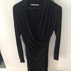 Super smuk draperet kjole . Sælges da jeg ikke længere passer den . Kan strække sig en del . Tryk køb nu hvis den skal være din .