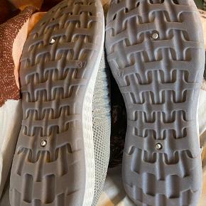 - vare: grå sneakers  - mærke: VANTING  - str: 37 - stand: aldrig brugt - der er lidt blå farve på den ene sko  - mp: 50 kr + porto