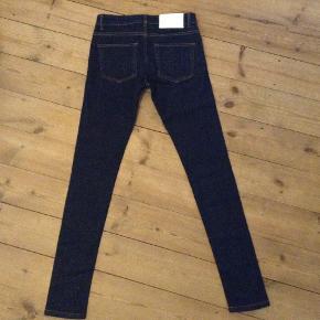 str. 27-28. Købt i Stig P. Gode tykke jeans med god stretch. Slim fit. Sidder super godt. Sælges da de er desværre for små nu. Fuld pris var 1200 kr. Jeg købte dem på udsalg til 600 kr. og jeg sælger dem til god pris herinde.. fx 200 kr..?
