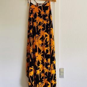 Fin sommerkjole fra weekday! Smukt mønster og saftig orange farve! Aldrig brugt!