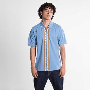 Virkelig fed zip up polo/skjorte fra stussy. Er fed både alene, eller med en tee indenunder. Fitter en smule stort så en L vil også kunne bruge den.   Skriv hvis i har spørgsmål eller vil vide mere.