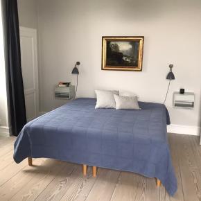 Super lækkert stort sengetæppe fra Sika Design (tidligere Cozy Room). I farven Dusty Blue. Aldrig brugt. Fejlkøb. Fuldstændig som nyt. Mål 240 x 260 cm. Nypris 1500,-.  Venligst se mine andre annoncer!
