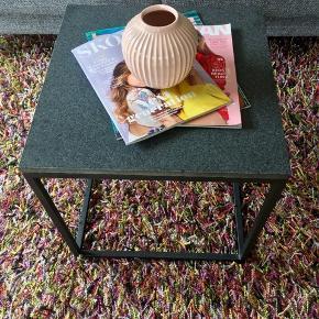 Lækkert bord med granitplade B45 x L45. Kan både bruges inde og ude