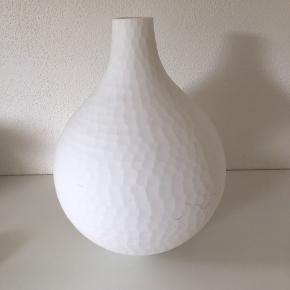 Hvid vase med krakeleret struktur H: 28 cm Sender ikke denne vare.