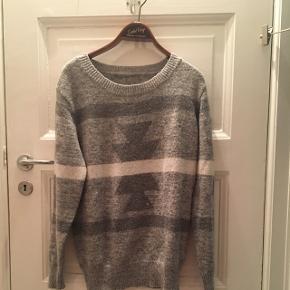 Grå strik med strikket mønster. Lækker at have på!