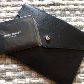 Lækker vintage Pung fra YSL I skind. Logo på sølv lukningen.