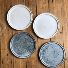 NB!!! Har kun de grå tilbage!!!!  Unik og håndlavet middagstallerken fra danske Würtz. Hver enkelt tallerken er skabt i hånden på værkstedet i Horsens. Tallerkenerne er fremstillet i stentøj og hver tallerken har et unikt udtryk. Tåler både opvaskermaskine, mikroovn og alm. ovn. Diameter: 26,5 cm 200 kr pr stk. Kan købes samlet eller enkeltvis. Nypris: 550 kr. Ingen fejl eller slag.  Afhentning kun eller mødes