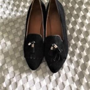 Fine flade sko, brugt to gange, prismærket sidder stadig på, sort ruskind. Sælger for min svigermor