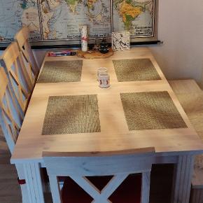 Spisebord og stole fra serien Monaco White Wash. Bordet har fået nogle mærker gennem tiden, men med nogle måtter dækker det OK. Bordet er B: 2040 mm x T: 900 mm - og så er der en tillægsplade med. Vi har fem stole i alt - bænken følger ikke med.