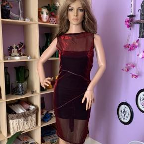 Super sød bordeaux kjole m/sort og sølv palietter indenunder kjolen, gennemsigtig forstykke og bagpå. Små slids i siderne forneden. Brugt få gange, har en lille udtrækning oppe i det gennemsigtige foran.  Str: S/M   Mærke : kan ikke huske det 🤔  70% nylon  30% polyester  8% elasthan