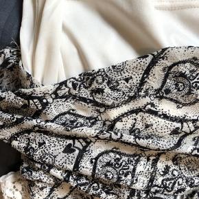 Sidder helt stramt til kroppen men stoffet er meget elastisk så det er en behagelig kjole. Lille høj hals som gør den meget elegant. Passer en xs-s.