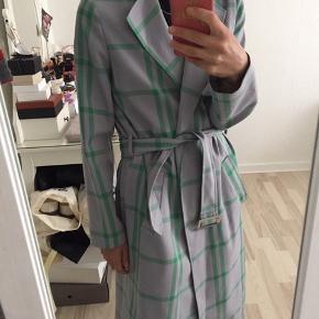 Super flot frakke :) brugt få gange   Zara mango h&m