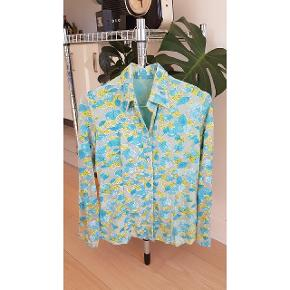 Skøn vintage skjorte med let gennemsigtige ærmer (Se billede) de fineste detaljer i form af let glimmer på bladene og matchende knapper. Brugt 2 gange under graviditet men købt second hand til et tøjmarked.   #30dayssellout