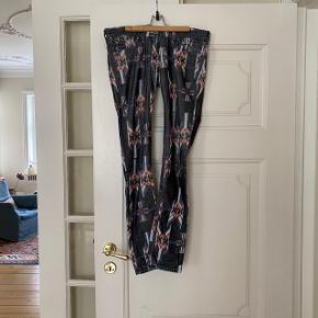 Super flotte lavtaljet Isabel Marant bukser. Selve stoffet er i et fløjls materiale, så de skinner en lille smule. De er blevet brugt, men der er intet tegn på slid. I bukserne står der at det er en str. 1, hvilket efter min vurdering svarer til en str 34 🤩