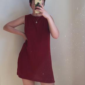 Rød kjole i god stand. Størrelse L, men passes af en størrelse S/MS. Jeg er selv en størrelse S.