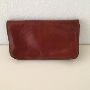 Kernelæder Clutch Rust brun  Læder Retro i yderst fin stand, masser af rum Kan også bruges som pung  Sender gerne