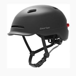 SMART4Y / cykelhjelm. Sort med indbygget lys. Helt ny i æske.  Str. 57-61 cm. Hoved omkreds.   Smart hjelm hvor sikkerheden er i top. Hjelmen er nemlig fremstillet af PC plast (ydre skal) og EPS-skum materiale der gør cykelhjelmen mere sikker ved kraftige slag. Det gør derudover hjelmen utrolig let og hjelmen er derfor det man vil betegne som en ultralight hjelm.  Aerodynamisk cykelhjelm med god ventilation. På hjelmens front, samt top, sidder der i alt fire huller. Bagerst sidder der en masse små huller, hvilket gør, at når vinden kommer ind af de forreste huller og tager den det varme luft med ud af de bagerste.  I nakken sidder der et smart skruespænde hvor du kan justere hjelmens størrelse hurtigt. Vi anbefaler at du justere din hjelm når du holder stille eller før du sætter dig på din cykel.  Hjelmen er med almindeligt klikspænde, samt en blød pude, så spændet ikke sidder og generer din hage. Hjelmen har en unik pasform og blødt polstring der gør at den er utrolig behagelig at have på.  Bagerst i hjelmen sidder der en smart LED-lygte med 7 små LED pærer. Lygten er dejlig bred, så bagfrakommende trafikanter hurtigt kan spotte dig i trafikken. Lygten har derudover en smart funktion der gør at den selv indstiller intensiteten af lyset efter hvor lyst og mørkt det er udenfor.  Lygten har tre forskellige lysindstillinger (med og uden blink). Tryk kortvarigt på knappen for at skifte indstilling.  Lygtens batteri har en levetid på op til 180 timer (standby). 36 timer med konstant lys. Batteriet er genopladeligt og du får et USB-kabel med så du kan genoplade lygten.