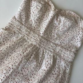 Den smukkeste kjole i broderi anglaise, som er moderne nu. Jeg sender gerne.