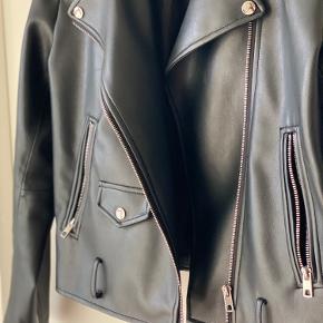 Zara imiteret læderjakke, købt i Berlin 2019  -  Køber betaler fragt/ kan hentes i Helsingør