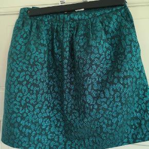 Fin nederdel med glimmer. Flot turkisfarvet. Str 34 med lommer i siden og lynlås