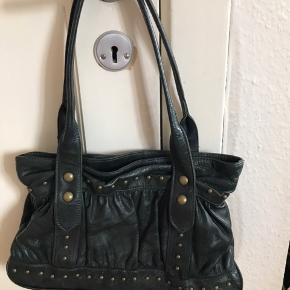 Mørkegrøn håndtaske fra Maximo Dutti. Tasken et stort rum med har et lynlås rum og 2 små lommer.  Mål:  Bredde: 32 cm Højde: 21 cm Dybde: 8 cm