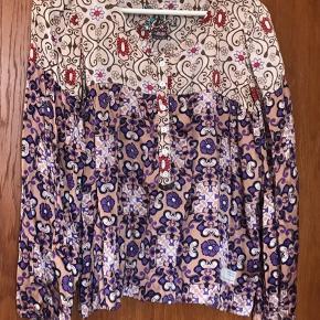 Flot skjorte i silke. Størrelse 1. Prisen er ekskl.  porto.