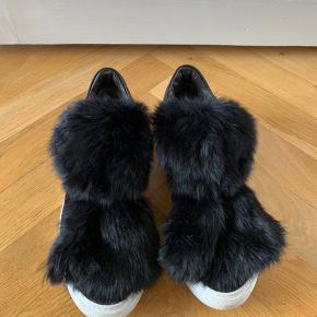 Notabene velour sneakers med pels. Har været brugt under 10 gange. Nypris ca. 2000 kr. BYD.