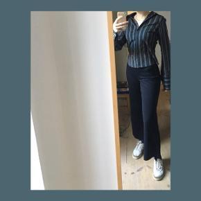 🔲🔳🔲🔳🔲🔳🔲🔳🔲🔳🔲🔳🔲🔳🔲  RETRO SORT OG HVID STRIBET SKJORTE  - Skjortens krave er større end alm.   Skriv gerne for flere billeder:)  BYD BYD BYD!