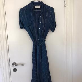 Sælger denne vildt smukke kjole. Den er brugt en gang til min venindes konfirmation, men ellers har den bare været i skabet - derfor sælger jeg.  Byd endelig, ville bare ha den solgt