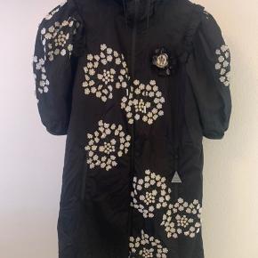 Super smuk kjole fra Moncler - kun prøvet på. Størrelsen er str. Xs, men vil mene at en str. S også kan passe den. Nypris er ca. 11.000 kr.