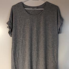 En grå t-shirt brugt 5-10 gange, men er i fin stand. T-shirten er lidt lysere end på billedet.