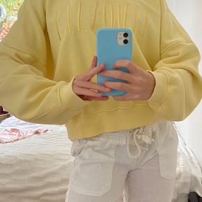 Gul sweatshirt fra H&M Brugt Max 2 gange derfor god stand. Str M - bruger normalt xs/s i overdele, og den sidder oversized på mig.