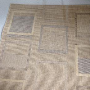 fint tæppe, sisal, fra tæppeland. måler 140 cm x 200 cm. fra ikke-ryger-hjem. nemmest at afhente (men også muligt at sende)  BYD ENDELIG sælger da pladsen mangler.