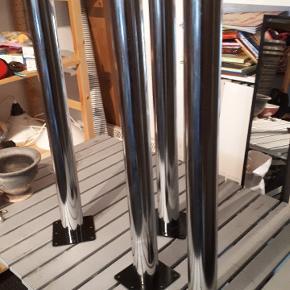 4 stk stål Ben. Kam være 71-75 cm høje og man justere selv. Ben er 5 cm i diameter. Monterings beslag er 12x12 cm. Porto 49kr